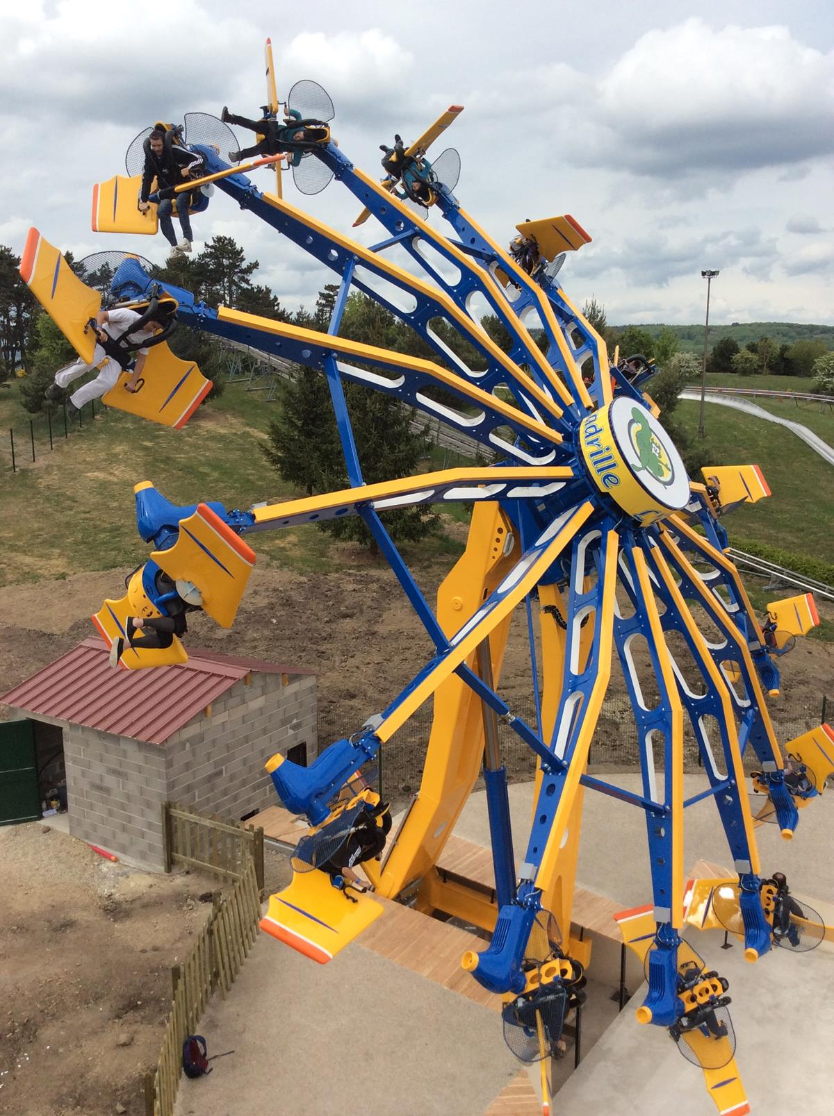 Aerobat flying ride amusement ride for amusement park